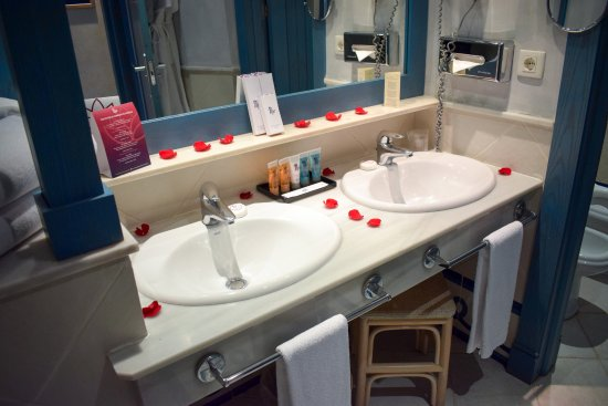 Hotel THe Volcan Lanzarote: This is how we found our bathroom on arrival