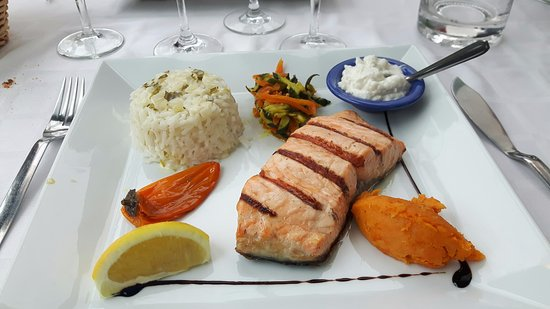 Fabrezan, Frankrike: plat de poisson , choix dans le menu du déjeuner