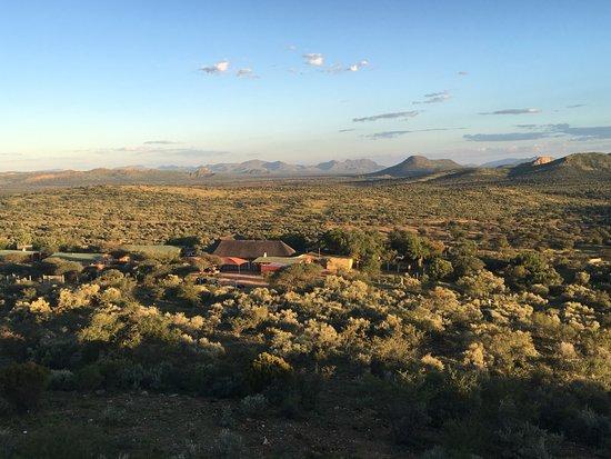Windhoek Mountain Lodge: Blick vom eigenen Sundowner - Aussichtspunkt, auf die Mountain Lodge