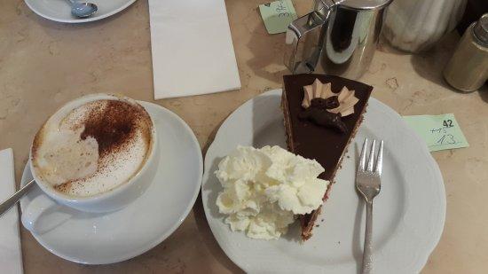 Café Knigge: cappuccino und Schockohimbeerkucken