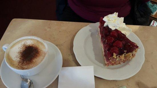 Café Knigge: cappuccino und himbeerkuchen