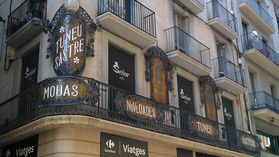 Manresa, España: Carteles modernistas sastreria TUNEU (Esquina carrer Born)