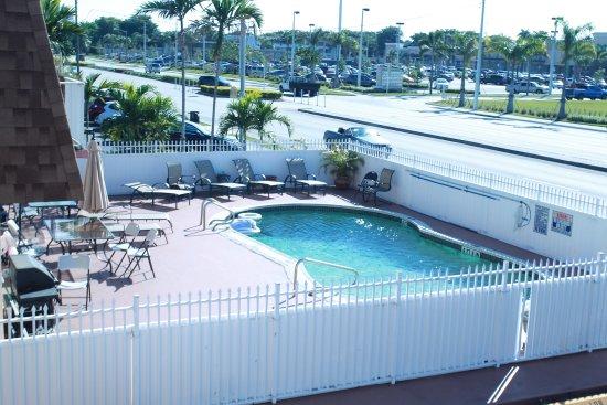 Dania Beach, ฟลอริด้า: Pool Area at Mary Pop Apartments