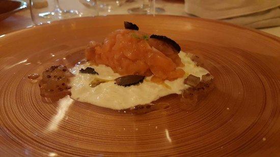 Ristorante Il Golfo: il mio preferito!!! tartare di salmone con tartufo scuoro e confettura di pere il tutto su una c