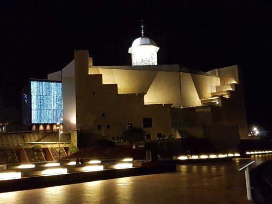 Playa de Las Canteras: El auditorio al final de la playa.