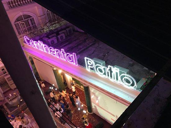 Hotel Continental Saigon: depuis le balcon du 2ème étage avec vue sur le patio