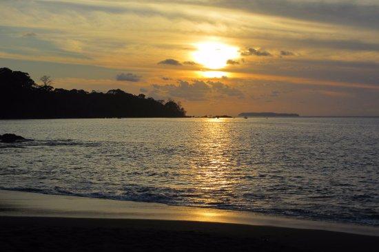 Drake Bay, Kosta Rika: Puesta de sol, con la Isla del Caño al fondo