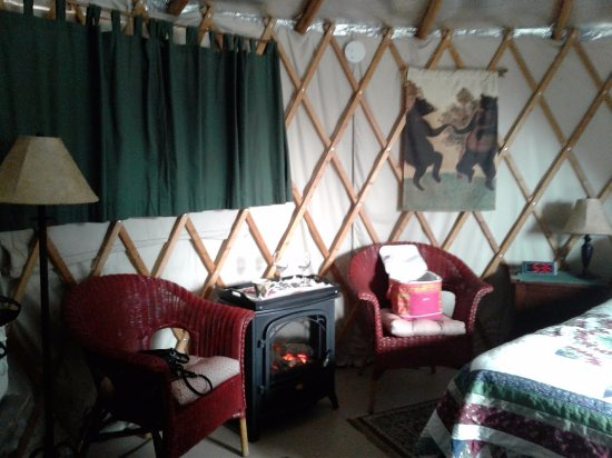 Cedar House Inn & Yurts: Yurts rooms are very spacious and cozy..Loved It!