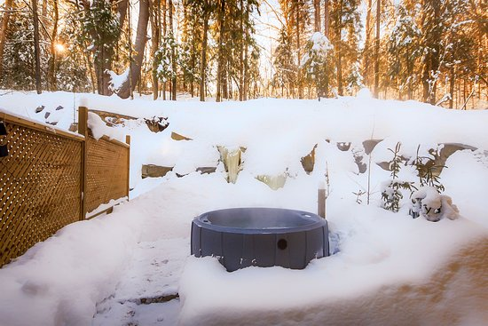 Wakefield, Канада: Hot tub at the edge of the forest: perfect for a romantic getaway