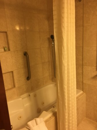 Sunny Isles Beach, FL: bath attached to second bedroom