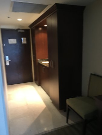 Sunny Isles Beach, FL: second wet bar area near entrance to suite