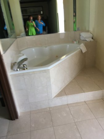 Sunny Isles Beach, FL: tub near first bedroom and balcony