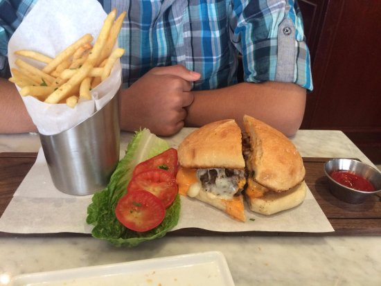 Pinole, Californien: bistro burger with fries