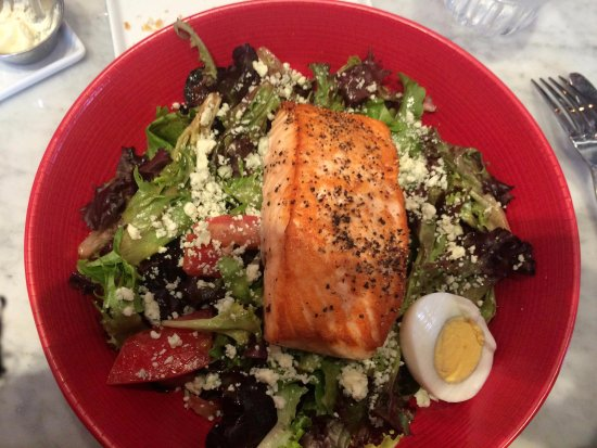 Pinole, Californien: seared salmon salad