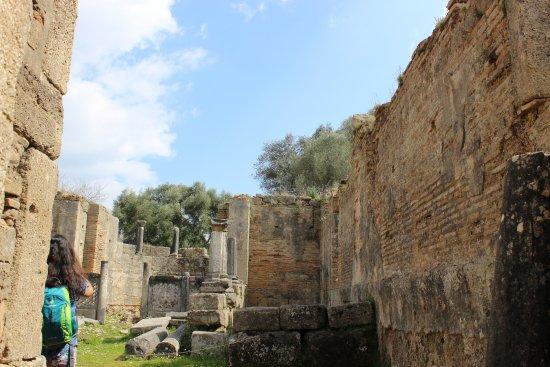 Ancient Olympia: Mais um templo religioso este de menor porte, contendo um altar ao fundo.