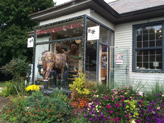 Bennington, VT: Notice the moose - half in/ half out of the front window