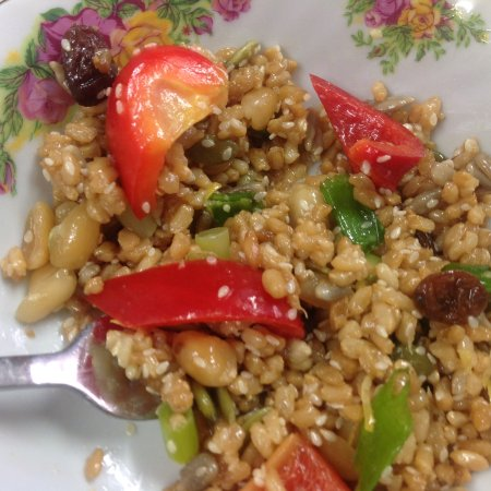 Matamata, Nueva Zelanda: Brown rice salad on a pretty plate