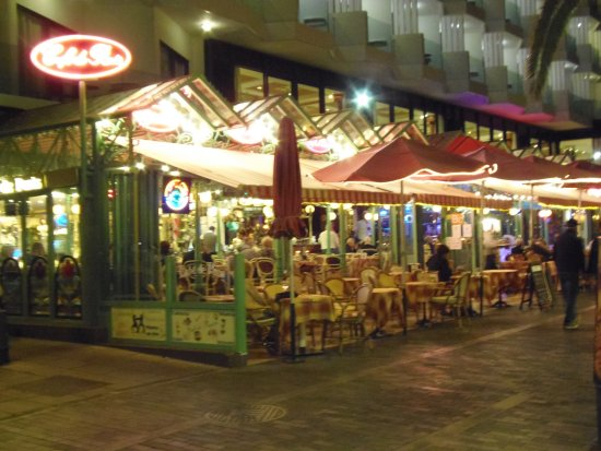 Cafe de Paris: Cafe at night