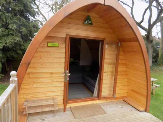 Alveston, UK: The pods have a double bed and sofa bed.