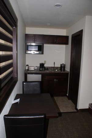 Syracuse, KS: Deluxe Queen Room includes a small kitchenette