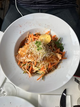 Cafe Lateral: Enjoyable meal, near the Arc de Triomphe. Watch the world go by and enjoy a cocktail du jour for