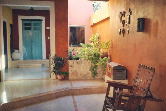 Casa Tía Micha: Patio in front of Sisal Suite (blue doors)