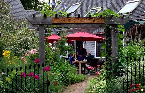 Morning Glory Inn : Breakfast in our garden courtyard is the most wonderful way to start the day.