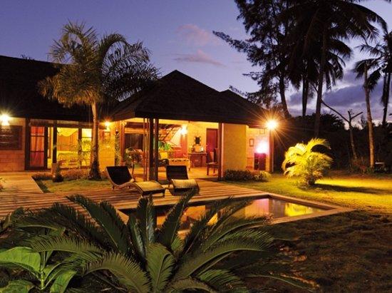 Villa Mitirapa: Villa FARA - Vue sur la villa et la piscine