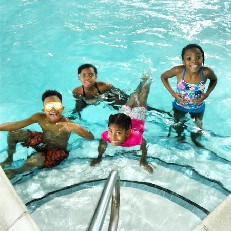 South Lee, MA: Kids Enjoying The Pool