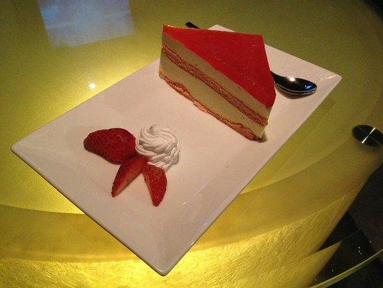 Avalon Cafe Lounge : Strawberry cake