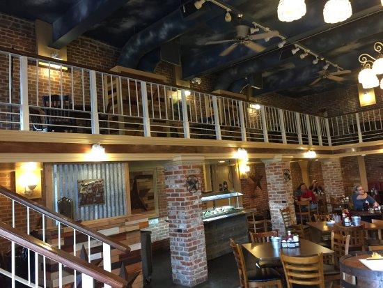 Hillsboro, Teksas: Upstairs dining on 3 of the 4 walls. Plenty of room.