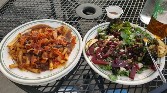 Decatur, Geórgia: Poutine with bacon and a side charred broccoli and pickled beets salad. Accompanied by cold beve