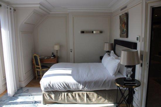Hôtel Lancaster Paris Champs-Élysées: Room #700 Sleeping Area