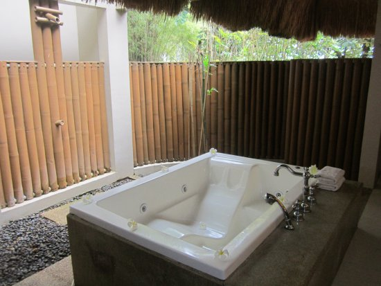 Eskaya Beach Resort & Spa: Outdoor bathroom area.