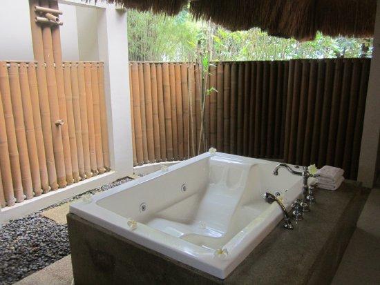 إسكايا بيتش ريزورت آند سبا: Outdoor bathroom area.