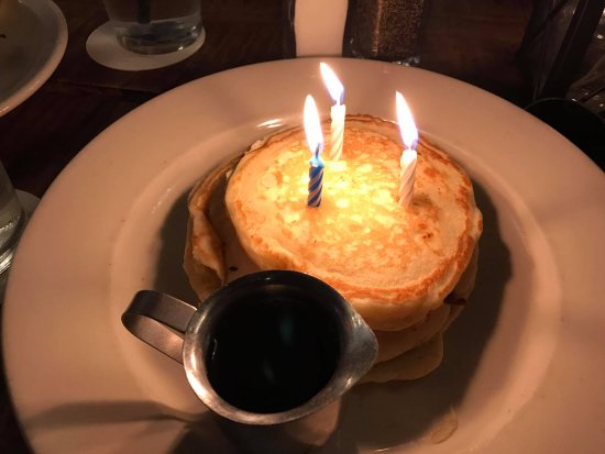 Delafield, Ουισκόνσιν: Silver dollar pancakes from the Kid's menu make an EXCELLENT brunch birthday cake.