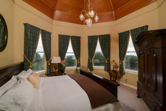 Bay Hill Mansion Bed and Breakfast: Captain's Suite