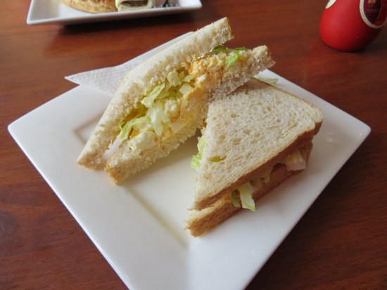 Drouin South, Austrália: Fresh egg and lettuce on wholemeal.