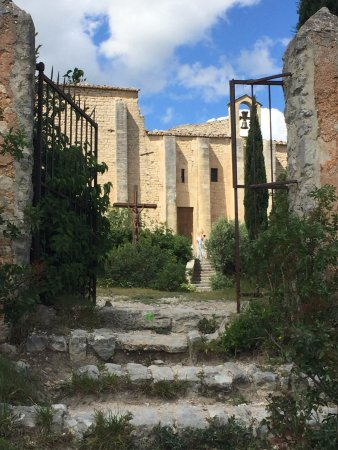Saint-Saturnin-les-Apt, França: Another view of the church