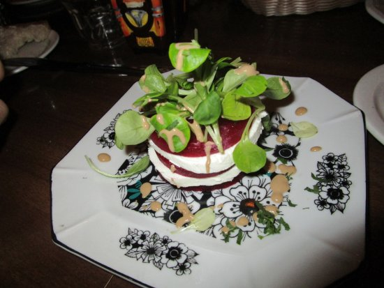 City Island, État de New York : Beet slices sandwiches with goat cheese and topped with frisee