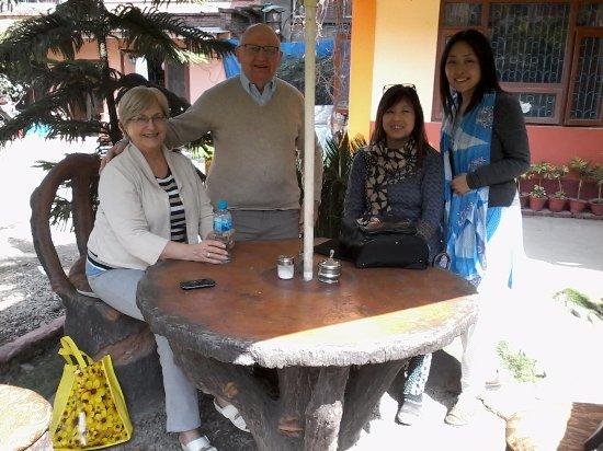 Elbrus Home: Tuin van het hotel, vrienden op bezoek