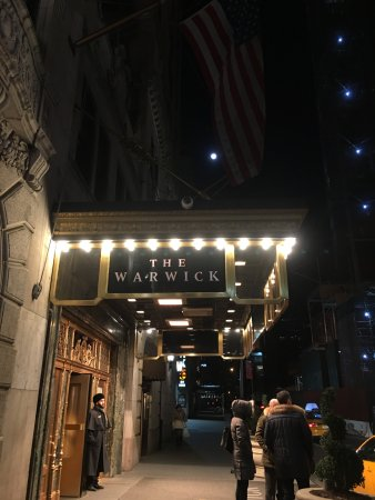 Warwick New York: 入り口には常にドアマンが立っています。