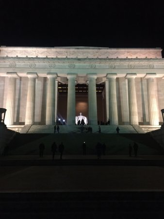 Monuments by Moonlight Night Tour: Lincoln Memorial at night