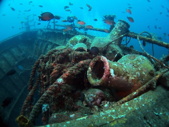 Kubu, Indonesia: Few amphoras on the deck of the wreck