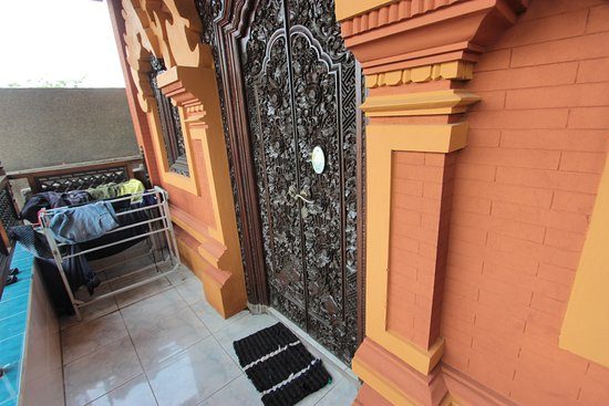 Padangbai, Indonesia: Carved twin doors to our room and handy dandy clothes drying rack.