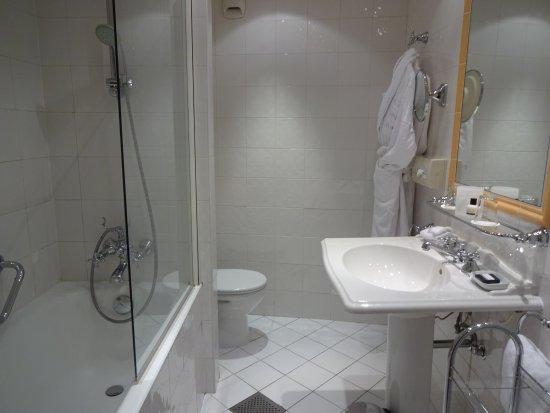 Hotel du Louvre: バスルームはピカピカ