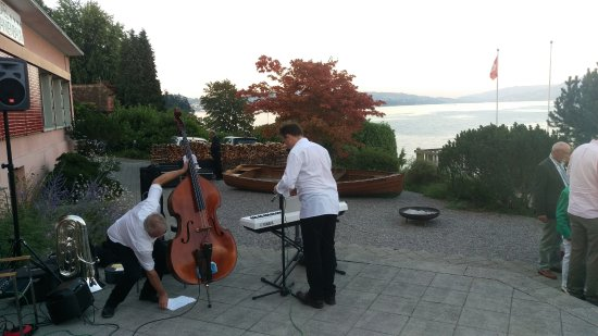 Kastanienbaum, Suiza: Weekend dining has entertainment (seasonal)