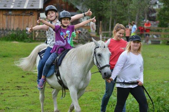Donnersbach, Austria: im Sommer Ponyreiten im Rahmen der Kinderbetreuung