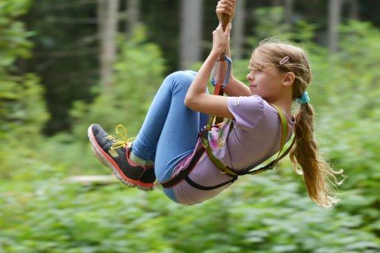 Donnersbach, Austria: in Stegerhofs Abenteuerpark am Flying Fox durch die Lüfte sausen
