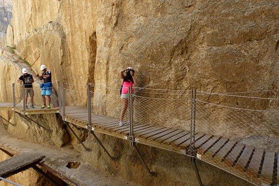 El Chorro, Spanien: Debajo de la plataforma el antiguo camino del rey